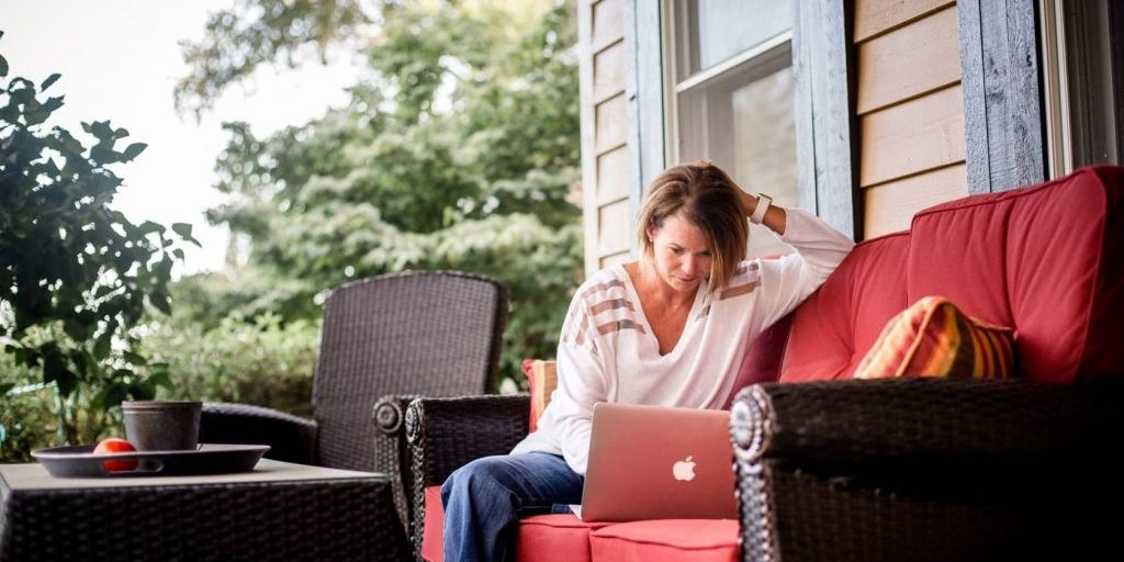 woman-working-outside-on-laptop_t20_V7z6eP-min